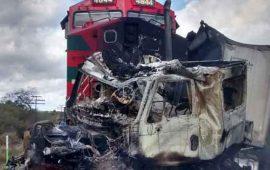tren-embiste-a-trailer-en-jalisco-rescatan-vivo-al-conductor