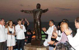 Desvelan-estatua-de-Juan-Gabriel--en-el-balneario--de-Acapulco-