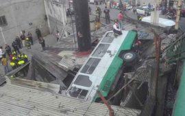 un-microbus-cayo-de-un-puente-en-el-estado-de-mexico
